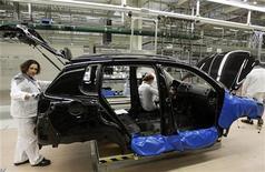 Рабочие на заводе Volkswagen в Калуге 20 октября 2009 года. Рынок легковых и легких коммерческих автомобилей в РФ замер в ноябре после более чем двухлетнего роста и вряд ли возобновит рост в ближайшем будущем, сообщила Ассоциация европейского бизнеса в понедельник. REUTERS/Alexander Natruskin