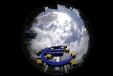 <p>Selon les indicateurs avancés de l'OCDE, les perspectives d'évolution de la croissance en zone euro, en Allemagne et en France restent faibles, tandis que l'activité devrait accélérer aux Etats-Unis et au Royaume-Uni. /Photo d'archives/REUTERS/Kai Pfaffenbach</p>