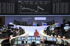 Трейдеры на торгах фондовой биржи во Франкфурте-на-Майне 7 декабря 2012 года. Европейские акции снижаются, отходя от отмеченного на прошлой неделе 18-месячного пика, из-за опасений за экономику Италии, вызванных намерением премьер-министра Марио Монти подать в отставку. REUTERS/Remote/Lizza David