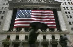 """<p>Wall Street a ouvert lundi en ordre dispersé, les investisseurs faisant preuve de prudence alors que les négociations sur le """"mur budgétaire"""" patinent aux Etats-Unis. Le Dow Jones gagnait 0,12% dans les premiers échanges. Le Standard & Poor's 500 reculait de 0,11% et le Nasdaq cédait 0,07%. /Photo d'archives/REUTERS/Brendan McDermid</p>"""