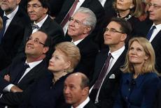 Líderes europeus olham para murais no City Hall, durante a cerimônia do Nobel da Paz 2012 em Oslo. Da esquerda para a direita: presidente da França, François Hollande, presidente da Lituânia, Dalia Grybauskaite, presidente da Romênia, Traian Basescu, (segunda fileira): primeiro-ministro da Bélgica, Elio Di Rupo, o primeiro-ministro da Itália, Mario Monti, primeiro-ministro da Finlândia Jyrki Katainen e o primeiro-ministro da Dinamarca, Helle Thorning-Schmidt. 10/12/2012 REUTERS/Suzanne Plunkett