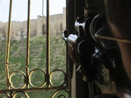 A Free Syrian Army fighter aims towards Aleppo's historical citadel controlled by snipers loyal to Syria's President Bashar al-Assad November 28, 2012. Picture taken November 28, 2012. REUTERS/Saad Al-Jabri