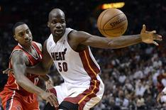 Miami Heat's Joel Anthony (R) and Atlanta Hawks' Jeff Teague (L) fight for a loose ball during the first half of their NBA basketball game in Miami, Florida, December 10, 2012. REUTERS/Rhona Wise