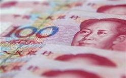 Банкноты китайской валюты юань в Шанхае 17 января 2011 года. Объем кредитов банков в Китае в ноябре 2012 года не дотянул до прогнозов, а темп роста более широкого показателя ликвидности замедлился, но аналитики считают, что экономика останется на пути умеренного восстановления благодаря мягкой денежной политике. REUTERS/Carlos Barria