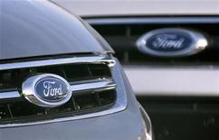 <p>Un régulateur américain va se pencher sur des affirmations de presse selon lesquelles des modèles hybrides de ford n'atteignent pas les économies d'essence affichées de 47 miles par gallon. /Photo prise le 23 octobre 2012/REUTERS/Francois Lenoir</p>