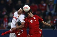 El mediocentro del Bayern de Múnich Javi Martínez tuvo que abandonar el entrenamiento el martes tras chocar con su compañero de equipo Jerome Boateng, pero estará listo para el último partido de la temporada de los bávaros contra el Borussia Moenchengladbach de este viernes, según dijo el club. En la imagen de archivo, Martínez (der) disputa un balón de cabeza durante un partido con el Bayern. REUTERS/Michaela Rehle