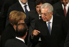 Prime Minister of Italy Mario Monti (R) talks with German Chancellor Angela Merkel (L) and President of France Francois Hollande (2nd L) as Prime Minister of Belgium Elio Di Rupo looks on following the Nobel Peace Prize ceremony at City Hall in Oslo December 10, 2012. REUTERS/Suzanne Plunkett