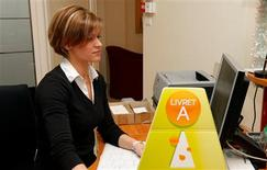 <p>Le taux du livret A, placement privilégié des Français, devrait baisser de 2,25% à 2% le 1er février 2013, selon Les Echos à paraître mercredi. /Photo d'archives/REUTERS/Benoit Tessier</p>