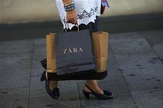 El grupo textil gallego Inditex registró en los primeros nueve meses de su ejercicio fiscal 2012/13 un beneficio atribuible de 1.655 millones de euros, un aumento del 27 por ciento sobre el mismo periodo del año anterior, dijo la empresa el miércoles. En la imagen de archivo, una mujer pasea por el centro de Madrid con una bolsa de Zara, el 19 de septiembre de 2012. REUTERS/Susana Vera