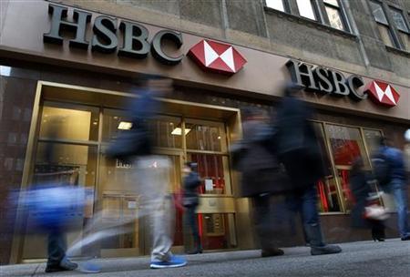 People walk past a HSBC bank branch in midtown Manhattan in New York City, December 11, 2012. REUTERS/Mike Segar