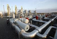 Рабочий проверяет вентили на газохранилище компании Turkish Petroleum Corporation в Кинали 7 января 2009 года. Турецкая энергетическая компания Botas ведет переговоры об импорте российского газа по Западному маршруту, проходящему через Украину, Румынию и Болгарию, сообщили в среду турецкие чиновники. REUTERS/Osman Orsal
