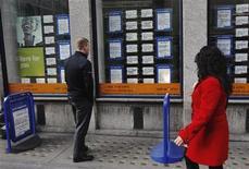 <p>Devant une agence de recrutement à Londres. Le nombre de demandeurs d'emploi britanniques a baissé en novembre, contrairement aux attentes, tandis que le nombre de personnes en activité a atteint un niveau record au mois d'octobre. /Photo d'archives/REUTERS/Luke MacGregor</p>
