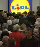 Люди стоят в очереди у входа в супермаркет Lidl в Цюрихе 19 марта 2009 года. Ритейлер-дискаунтер Lidl потратит 200.000 евро ($260.000) на рождественские обеды из нескольких блюд, которые он предложил всем желающим за рекламный твит. REUTERS/Arnd Wiegmann