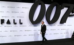 """<p>Daniel Craig, lors de la première de """"Skyfall"""", à Berlin. Plus les années passent et plus les aventures sur grand écran de James Bond contiennent de scènes violentes, selon les conclusions d'une étude néo-zélandaise. /Photo prise le 30 octobre 2012/REUTERS/Tobias Schwarz</p>"""