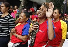 Con Hugo Chávez fuera del quirófano tras una operación contra el cáncer en Cuba, los venezolanos buscaban el miércoles saber con claridad el estado de su presidente, que en menos de un mes debe asumir un nuevo mandato. El país petrolero vivió el martes una larga jornada de expectación por la intervención del mandatario, quien antes de partir a La Habana abrió las puertas a una posible sucesión al instar a sus seguidores a apoyar al vicepresidente Nicolás Maduro en caso de verse obligado a hacerse a un lado. En la imagen, una mujer sostiene un muñeco con la figura de Chávez el 11 de diciembre de 2012 en Caracas. REUTERS/Carlos Garcia Rawlins