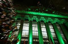 <p>La Bourse de New York a ouvert en hausse mercredi, comme prévu, et semble bien partie pour enregistrer une sixième séance dans le vert d'affilée. Les investisseurs s'attendent à ce que la Réserve fédérale annonce de nouvelles mesures de soutien à la croissance. /Photo prise le 11 décembre 2012/REUTERS/Carlo Allegri</p>