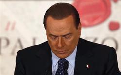 """Silvio Berlusconi dijo el miércoles que retirará su candidatura a las próximas elecciones de Italia si el saliente primer ministro Mario Monti se presenta para encabezar una coalición """"moderada"""". En la imagen, el ex primer ministro italiano Silvio Berlusconi en Roma el 12 de diciembre de 2012. REUTERS/Alessandro Bianchi"""
