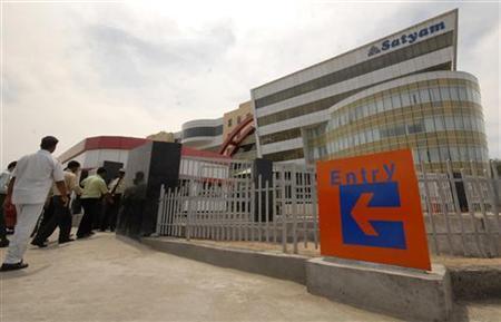Employees of Satyam Computer Services Ltd., enter their head office in Hyderabad April 13, 2009. REUTERS/Krishnendu Halder/Files