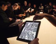 Люди смотрят карты Google Maps через планшет Apple iPad в Сан-Франциско, 27 января 2010 года. Картографическое приложение Google Maps от Google Inc теперь снова будет доступно владельцам гаджетов Apple Inc, сообщил интернет-гигант в своем официальном блоге. REUTERS/Kimberly White