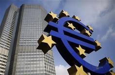 Символ валюты евро у здания ЕЦБ во Франкфурте-на-Майне 6 декабря 2012 года. Европа в четверг договорилась о предоставлении Европейскому центробанку новых полномочий, которые дадут ему возможность контролировать банки еврозоны с 2014 года, что стало первым шагом к более близкой интеграции блока. REUTERS/Lisi Niesner