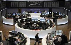 Торговый зал биржи во Франкфурте-на-Майне, 12 декабря 2012 года. Европейские акции снижаются в четверг на фоне опасений провала переговоров о бюджете США. REUTERS/Remote/Pawel Kopczynski