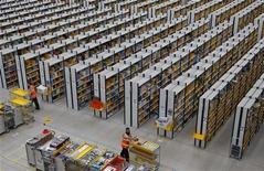 Los reguladores de la Unión Europea concluyeron el jueves una investigación antimonopolio sobre los precios de los libros electrónicos, aceptando una oferta de Apple y de cuatro editoriales para aliviar las restricciones de precio sobre Amazon y otros minoristas. En la imagen, el centro de pedidos de Amazon en Rugeley, en el centro de Inglaterra, el 11 de diciembre de 2012. REUTERS/Phil Noble