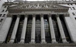 Вид на здание Нью-Йоркской фондовой биржи 7 ноября 2012 года. Группа QIWI, российский оператор моментальных платежей, активизировала подготовку к IPO и выбрала организаторами размещения Credit Suisse и JP Morgan, сказали Рейтер три источника, знакомых с ситуацией. REUTERS/Chip East