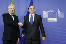 El presidente de la Comisión Europea, José Manuel Durao Barroso, dijo el jueves que había subrayado la importancia de la estabilidad y la reforma en Italia en una conversación con el ex primer ministro Silvio Berlusconi. En la imagen, Barroso con el primer ministro italiano, Mario Monti, el 13 de diciembre de 2012 en Bruselas. REUTERS/François Lenoir
