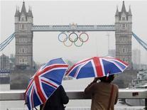 Turistas tiram foto da Tower Bridge decorada com os anéis olímpicos, em Londres, na Inglaterra, em julho. 06/07/2012 REUTERS/Andrew Winning