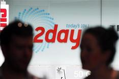 El regulador de los medios de comunicación de Australia inició el jueves una investigación sobre la llamada de broma que hizo una emisora al hospital de Londres en el que estaba ingresada la mujer embarazada del príncipe Guillermo de Inglaterra, después de que la enfermera que contestó a la llamada se suicidara. Imagen de dos personas hablando ante el edificio donde se encuentra la emisora australiana 2Day FM en Sídney el 8 de diciembre. REUTERS/Daniel Muñoz