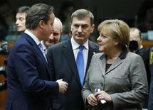 Британский премьер Дэвид Кэмерон (слева) разговаривает с немецким канцлером Ангелой Меркель и эстонским премьером Андрюсом Ансипом в Брюсселе 13 декабря 2012 года. Европейские лидеры на восьмичасовых переговорах в Брюсселе договорились продолжать меры, направленные на укрепление финансов и борьбу с долговым кризисом, хотя саммит не принес конкретных решений. REUTERS/Francois Lenoir