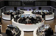 Помещение Франкфуртской фондовой биржи 13 декабря 2012 года. Европейские акции растут за счет химических компаний, и многие трейдеры ждут роста котировок до конца года, так как акции приносят больший доход, чем валюта или гособлигации. REUTERS/Remote/Pawel Kopczynski