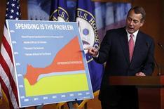 """Presidente da Câmara dos EUA, John Boehner, aponta para gráfico ao falar com repórteres no Capitólio, em Washington. Obama e o republicano John Boehner tiveram uma reunião """"franca"""" na quinta-feira, em um esforço para acabar com o impasse nas negociações a fim de evitar o """"abismo fiscal"""". 13/12/2012 REUTERS/Kevin Lamarque"""