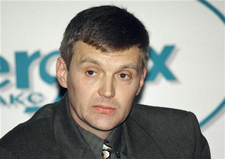 Alexander Litvinenko, then an officer of Russia's state security service FSB, attends a news conference in Moscow in this November 17, 1998 file picture. REUTERS/Vasily Djachkov/Files