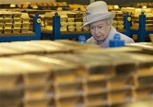 Rainha Elizabeth questionou banqueiros sobre erros que levaram à crise financeira durante visita ao banco central inglês. 14/12/2012 REUTERS/Eddie Mulholland/Pool
