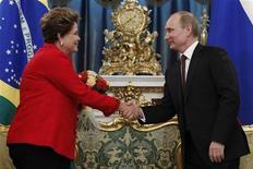 O presidente russo Vladimir Putin (D) cumprimenta a presidente Dilma Rousseff durante reunião no Kremlin, em Moscou. Dilma Rousseff reafirmou nesta sexta-feira, em Moscou, a importância da parceria com o setor privado para garantir o crescimento da economia brasileira. 14/12/2012 REUTERS/Maxim Shemetov
