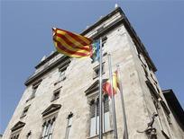 Cinco Comunidades Autónomas (CCAA) han manifestado su intención de prorrogar su adhesión al Fondo de Liquidez Autonómica (FLA) para hacer frente a sus pagos en 2013. En la imagen de archivo, una bandera de la Comunidad Valenciana, una de las regiones que han prorrogado el FLA en la sede del Gobierno regional en Valencia, el 20 de julio de 2012. REUTERS/Heino Kalis