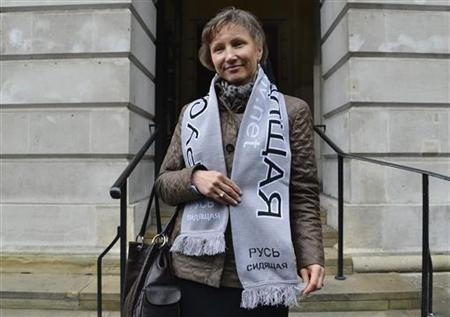 Marina Litvinenko wears a scarf in support of jailed Russian political prisoners, as she leaves a hearing into the death of her husband, Alexander Litvinenko, in London November 2, 2012. REUTERS/Toby Melville