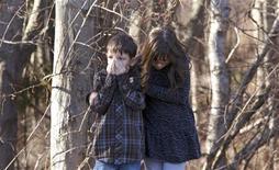 Crianças aguardam no lado de fora da escola primária Sandy Hook, onde ocorreu um tiroteio nesta sexta-feira, em Newtown, Connecticut, nos Estados Unidos. 14/12/2012 REUTERS/Michelle McLoughlin