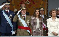 Las felicitaciones de las dos hijas del Rey de España han sido excluidas de las tarjetas navideñas reales de este año, después de que la Casa real decidiera centrarse en el núcleo familiar formado por los reyes y los Príncipes de Asturias, según publicaron medios el viernes citando a un portavoz del Palacio de la Zarzuela. En la imagen de archivo, (de izquierda a derecha) el Príncipe Felipe, el Rey Juan Carlos I, la Princesa Letizia y la Reina Sofía, durante el desfile militar del 12 de octubre. REUTERS/Juan Medina