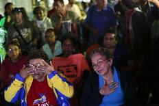 El presidente venezolano, Hugo Chávez, se recupera lentamente en La Habana de la compleja operación a la que fue sometido esta semana por el cáncer que padece y se comunicó con sus familiares, mientras que el Gobierno busca mostrarse activo en medio de las crecientes dudas de la población sobre la gravedad de la situación. En la imagen, partidarios de Chávez reciben información sobre su estado de salud a través de la televisión, el 14 de diciembre de 2012. REUTERS/Jorge Silva