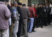 Los egipcios votaban el sábado en referéndum una nueva constitución diseñada por los aliados islamistas del presidente Mohamed Mursi, cuyos rivales liberales afirman que profundiza las divisiones en la nación. En la imagen, unos hombres esperan su turno para votar la nueva constitución en El Cairo, el 15 de diciembre de 2012. REUTERS/Amr Abdallah Dalsh