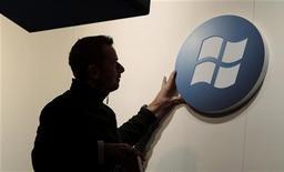 Microsoft y la filial de Google Motorola Mobility han solicitado a un juez de Seattle que mantenga en secreto varios detalles de su reciente juicio sobre el valor de las patentes de tecnología y los intentos de ambas empresas de lograr un acuerdo. En la imagen de archivo, un trabajador ajusta un cartel con el logotipo de Microsoft en una feria en Alemania en febrero de 2011. REUTERS/Tobias Schwarz