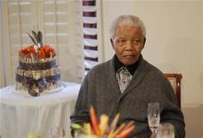 El ex presidente sudafricano Nelson Mandela, que lleva una semana hospitalizado por una infección pulmonar, fue sometido con éxito a un procedimiento quirúrgico para extirparle cálculos biliares, dijo el sábado el Gobierno. En la imagen de archivo, Mandela, durante la celebración de su 94 cumpleaños el pasado 18 de julio. REUTERS/Siphiwe Sibeko