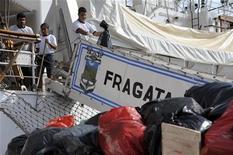 Un tribunal de las Naciones Unidas ordenó el sábado la liberación de la fragata escuela Libertad, que está retenida en Ghana a petición de los acreedores de deuda gubernamental impagada del país sudamericano. En la imagen de archivo, los marineros limpian la fragata en el muelle de Accra, el 23 de octubre de 2012. REUTERS/Stringer