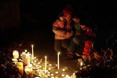 La policía reveló el sábado los nombres de las 26 personas asesinadas a tiros en una escuela primaria de Connecticut el día anterior, una lista que incluye a 20 niños de seis y siete años, en una de las peores masacres ocurridas en la historia de Estados Unidos. En la imagen, una familia reza por las víctimas de la masacre en Newtown, Connecticut, el 15 de diciembre de 2012. REUTERS/Joshua Lott