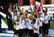 Jogadores do Corinthians comemoram conquista do Mundial de Clubes da Fifa após a vitória por 1x0 contra o Chelsea em Yokohama, neste domingo.