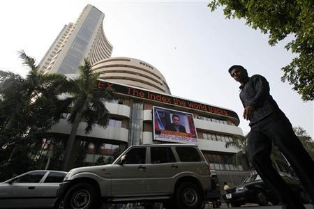 Traffic travels past the Bombay Stock Exchange (BSE) building in Mumbai December 17, 2007. REUTERS/Punit Paranjpe/Files