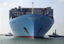Контейнеровоз Edith Maersk проходит Суэцкий канал 5 октября 2012 года. Один из крупнейших в РФ портовых операторов Global Ports планирует выплатить спецдивиденды в сумме почти $80 миллионов в феврале 2013 года и обещает новые дивиденды в следующем году на фоне высокого уровня денежного потока, говорится в сообщении. REUTERS/Stringer