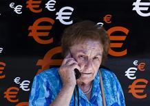 El mercado de la telefonía móvil en España registró un descenso récord en octubre al darse de baja unas 486.183 líneas y tarjetas de datos, según un informe de la Comisión del Mercado de las Telecomunicaciones (CMT). En la imagen de archivo, una mujer habla por teléfono en Madrid el pasado mes de junio. REUTERS/Susana Vera
